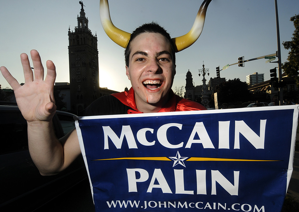 "HONORABLE MENTION: Laura Pedersen, Southern Alberta Institute of Technology (Suzanne Trudel) — THE DEVIL WEARS PALIN - Kansas City resident David Scott shows his ironic side by dressing as the devil and ""supporting"" the McCain Palin campaign at Pomona Courtyard on Oct. 31, 2008."